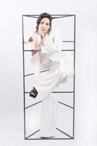 traje de novia con chaqueta blanca