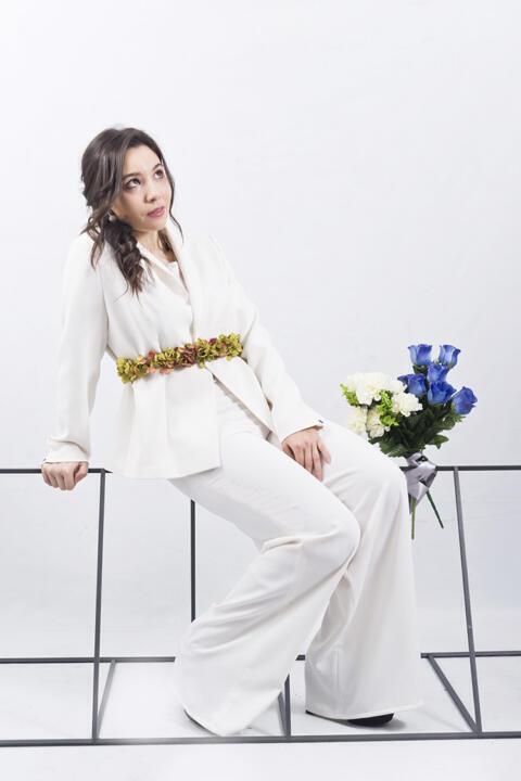 actriz con traje de novia
