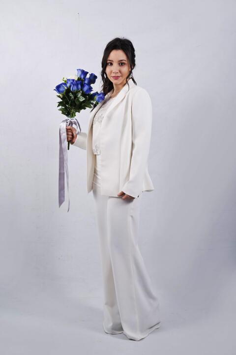 actriz con pantalón para boda