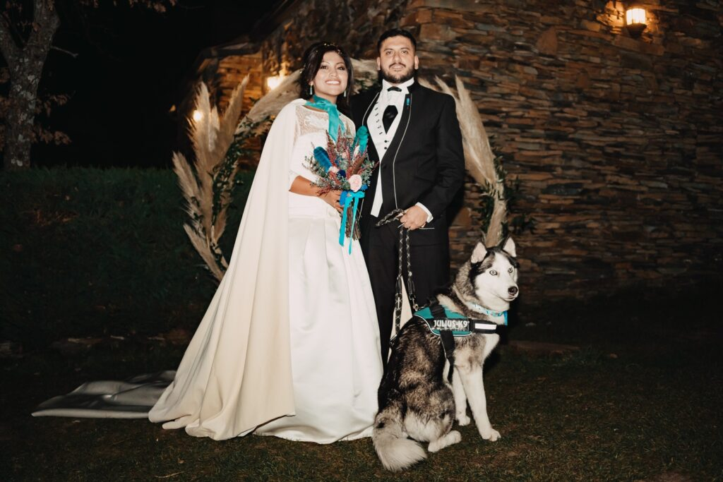 Capa de terciopelo para boda de invierno novia